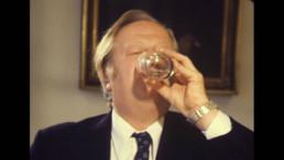 Lars Foss drickar hormoslyr, videoverk av Gerd Aurell